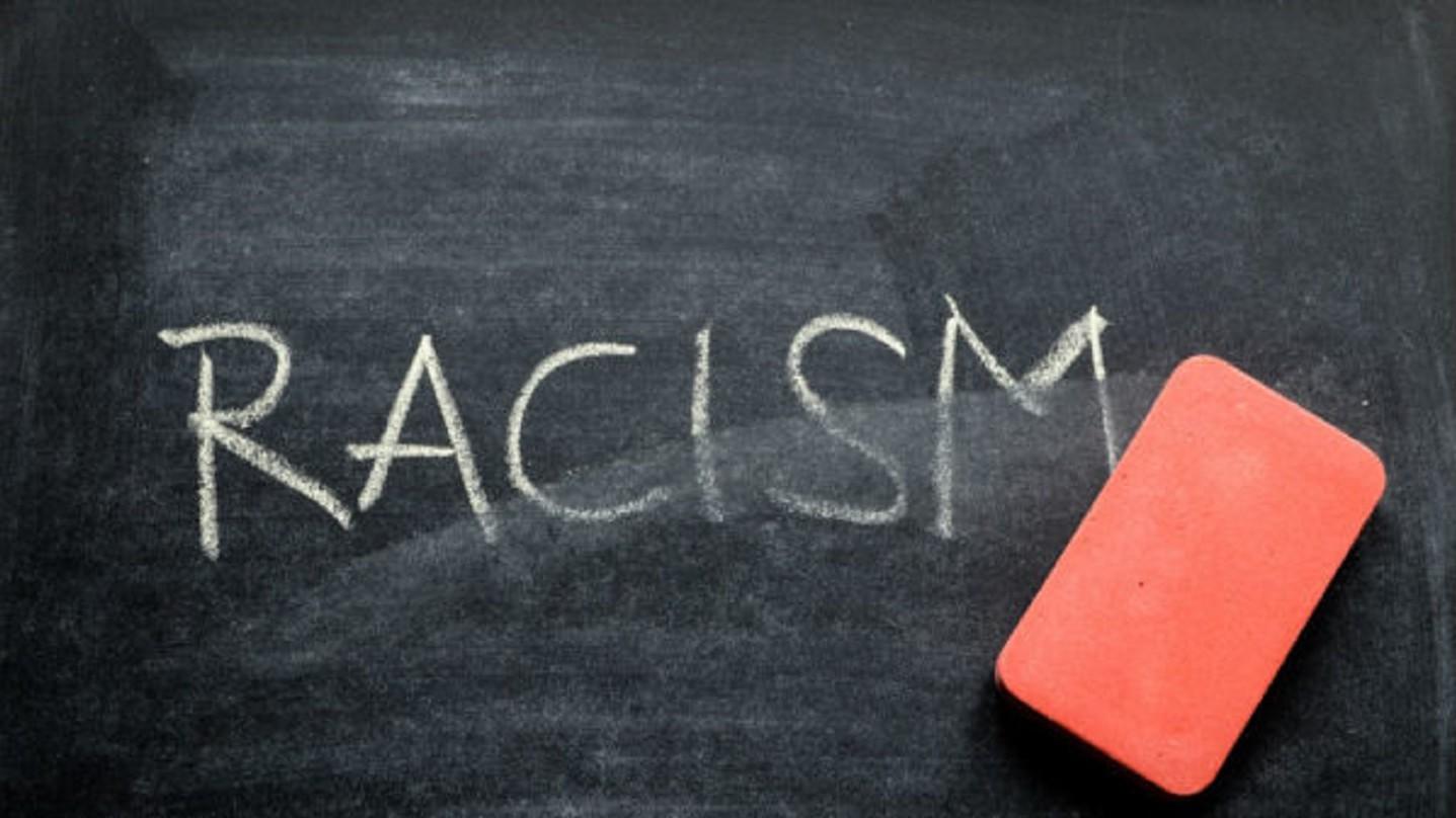 "Imagem ilustrativa escrito ""Racism"""