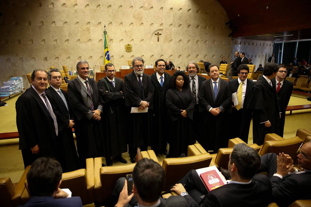 A advogada Silvia Souza em meio aos seus colegas, todos homens brancos