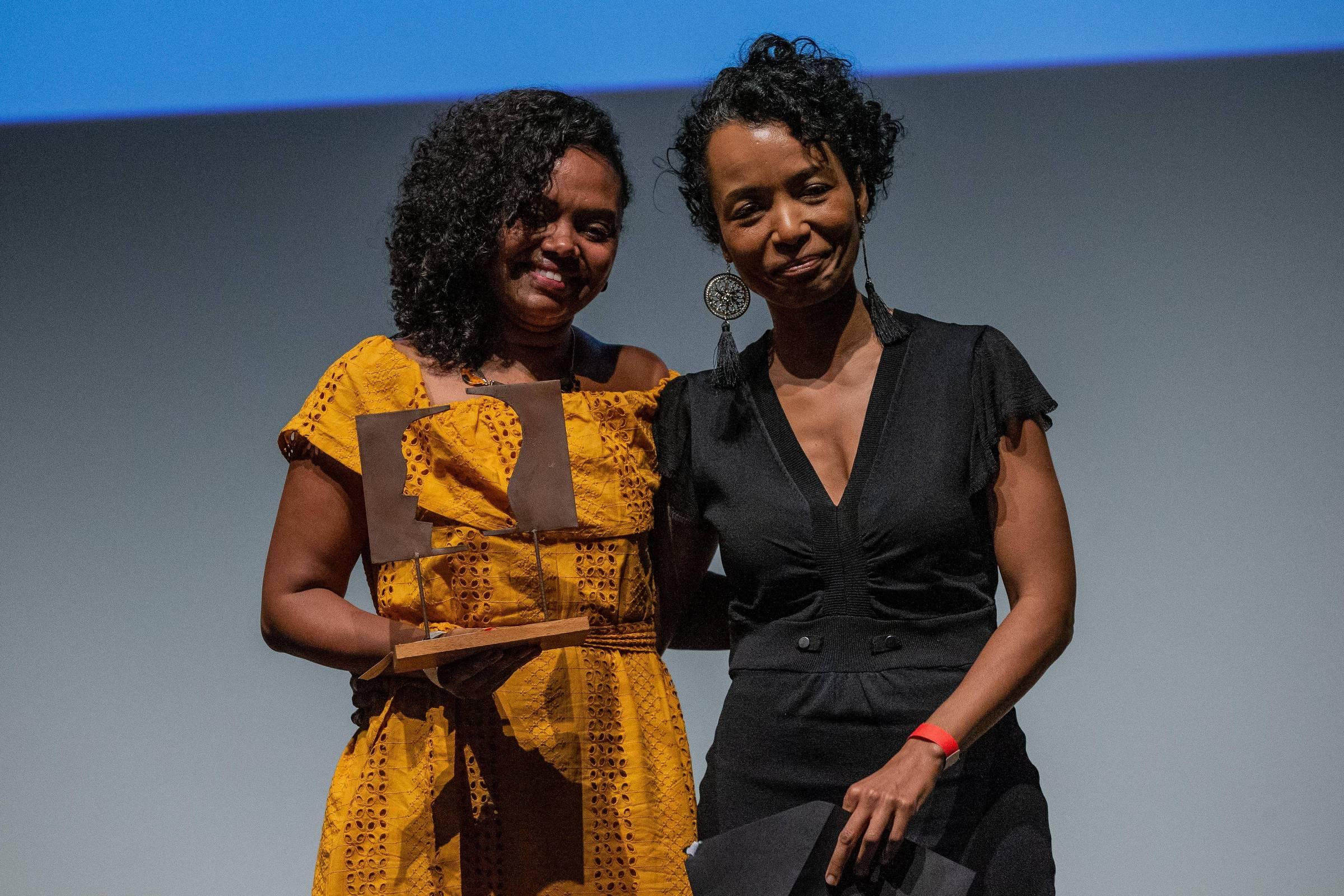 Adriana Barbosa, vencedora do Troféu Grão, recebe o prêmio da ombudsman da Folha, Flávia Lima, durante a cerimônia do Prêmio Empreendedor Social 2019, no Teatro Porto Seguro, em São Paulo - Eduardo Anizelli/Folhapress