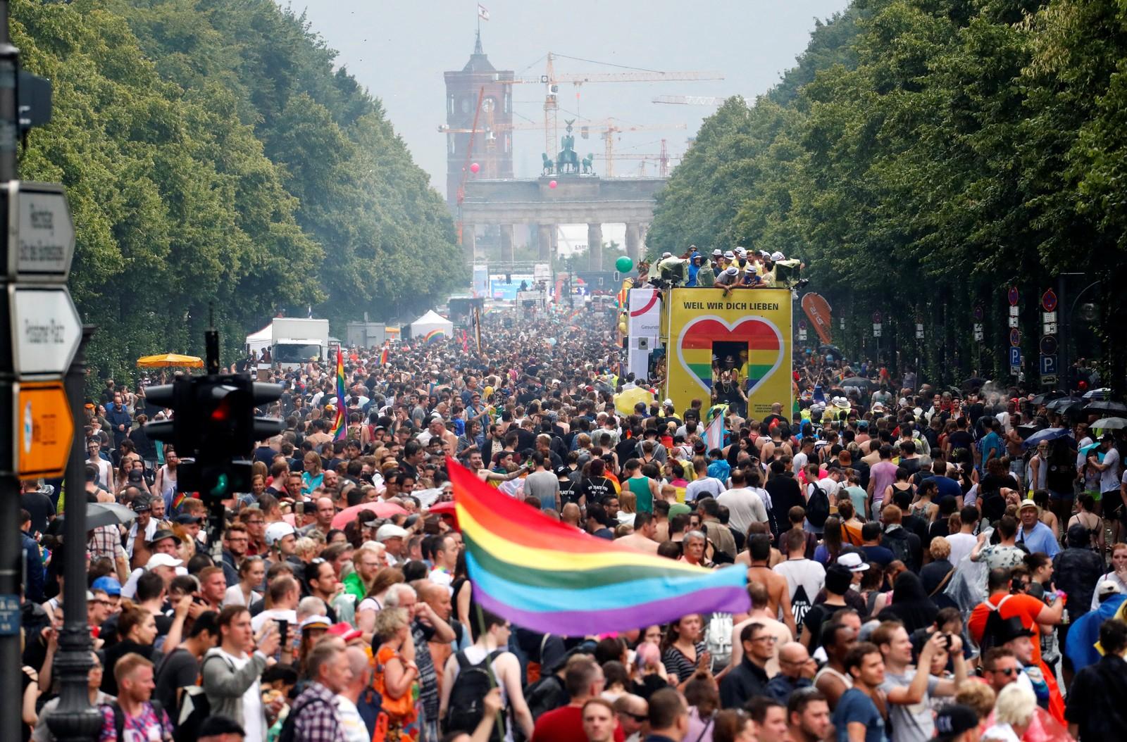 """Parada do Orgulho Gay em Berlim em 2017; projeto de lei propõe a proibição à """"terapia de conversão"""" no país — Foto: REUTERS/Fabrizio Bensch"""