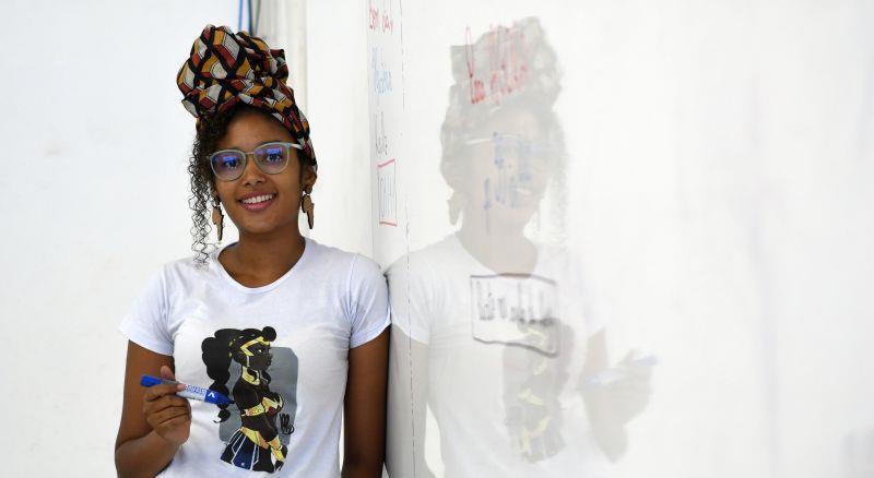 Professora trabalha autoestima de alunos negros e combate o racismo em sala