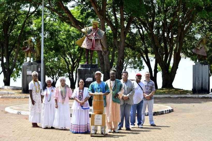 Membros da Federação de Umbanda e Candomblé de Brasília e Entorno lamentam depredação da Praça dos Orixás (foto: Marcelo Ferreira/CB/D.A Press )