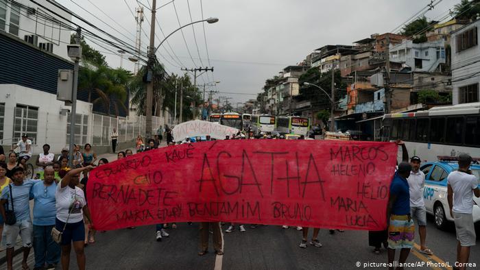 Protesto por morte de Ágatha reuniu moradores do Complexo do Alemão e de outras áreas do Rio em 22/09. (Foto: L. Correa/AP)