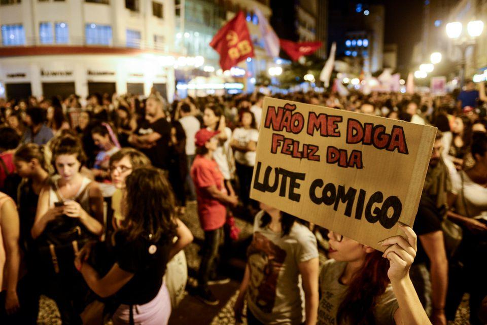 """PICTURE ALLIANCE VIA GETTY IMAGES """"Não me diga 'feliz dia'. Lute comigo"""", pede placa de manifestante em Curitiba, quando do dia 8 de março de 2019, Dia Internacional da Mulher."""