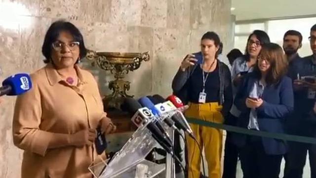 A ministra Damares Alves permanece calada durante entrevista coletiva.REPRODUÇÃO