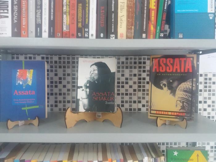 Uma estante cheia de livros