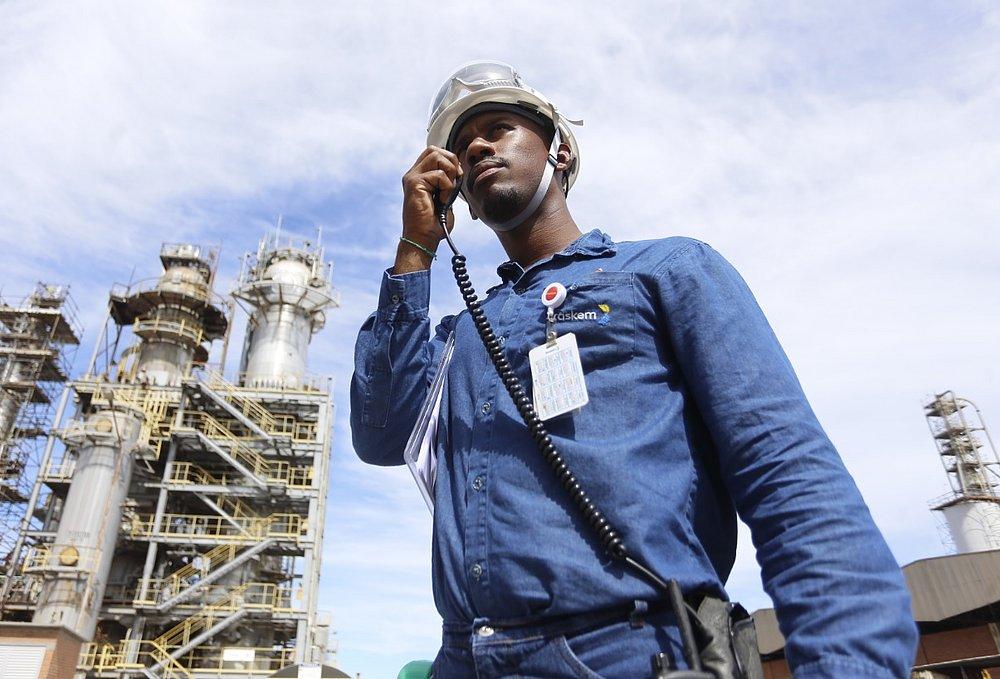 Lucas - homem negro, usando uniforme azul - em pé olhando para frente.