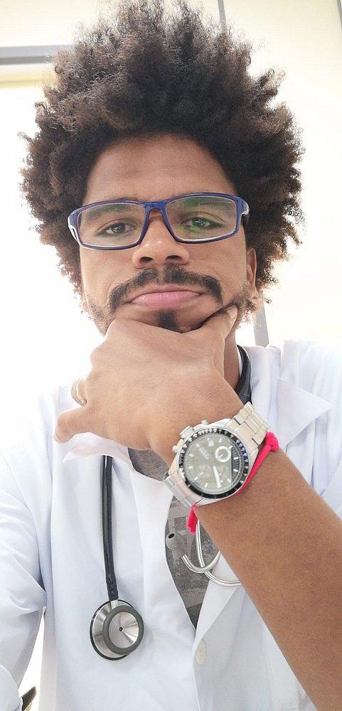 Selfie de Ícaro Luis- homem negro de cabelo crespo, usando óculos de grau