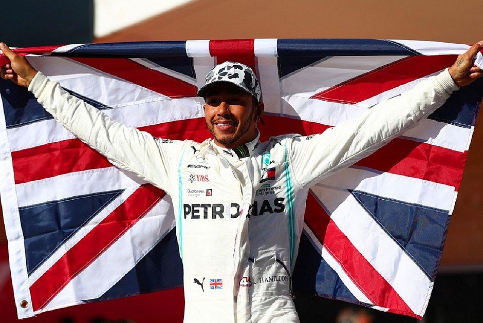 Hamilton celebra com a bandeira da Grã-Bretanha (Foto: Dan Stitene/AFP)