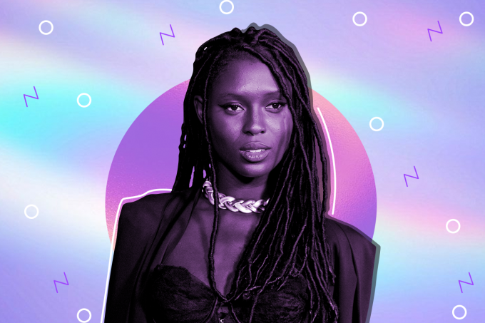 Jodie Turner-Smith - mulher negra, usando dreads e vestido preto-