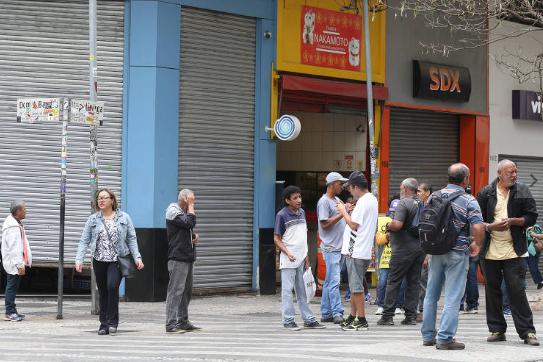 A esquina das ruas Barão de Itapetininga e Dom José de Barros, na República (zona central), reúne trabalhadores a procura de vagas de emprego