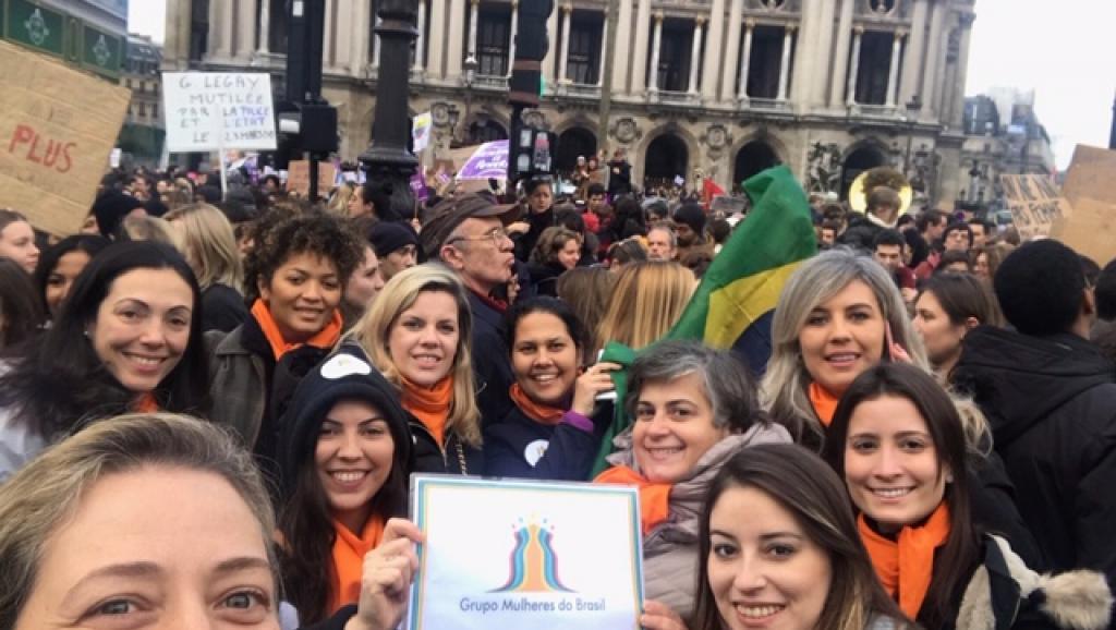 Milhares de mulheres tomam as ruas de Paris para protestar contra a violência e o feminicídio