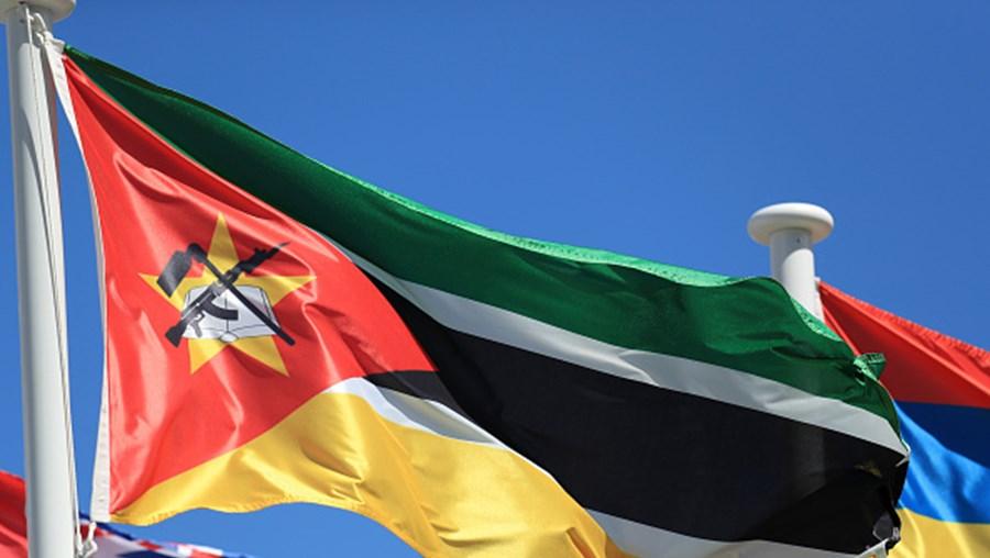 """Bandeira Moçambique (Getty Images RELACIONADAS Banco Mundial aprova 369 milhões para projeto regional de eletricidade em Moçambique Banco Mundial aprova 369 milhões para projeto regional de eletricidade em Moçambique Risco fiscal é o que mais pesa sobre as projeções de inflação em Moçambique Risco fiscal é o que mais pesa sobre as projeções de inflação em Moçambique Moçambique e EUA assinam memorando para intensificação das trocas comerciais Moçambique e EUA assinam memorando para intensificação das trocas comerciais Moçambique registou 12,9 milhões de eleitores para as eleições gerais de 15 de outubro de 2019, equivalente a pouco mais de 91% da meta inicial, anunciou esta segunda-feira o Secretariado Técnico da Administração Eleitoral (STAE). """"Este recenseamento inscreveu 7,3 milhões que se juntam aos 6,8 registados em 2018, totalizando 12,9 milhões de eleitores, o que corresponde a 91,3% da meta"""", disse Paulo Cuinica, porta-voz da STAE, em conferência de imprensa realizada esta segunda-feira em Maputo. PUB A meta do STAE era chegar a um total de 14 milhões de cidadãos inscritos para votar nas eleições autárquicas de 2018 e para as presidenciais de 2019. A administração eleitoral diz que em termos de inscrições, o recenseamento eleitoral de 2019 é o segundo maior, depois do processo que a instituição levou a cabo em 2009. Ainda assim, 1,2 milhão de pessoas ficaram fora do processo de recenseamento eleitoral. Os órgãos eleitorais entendem que os ciclones e os ataques no centro e norte do país não tiveram influência negativa no recenseamento eleitoral. O processo de recenseamento foi prejudicado por avarias de máquinas de registo, falta de energia elétrica, falta de tinteiros de impressoras, entre outros constrangimentos e irregularidades, de acordo com organizações não-governamentais moçambicanas que tem feito a respetiva observação. O recenseamento para as eleições gerais em Moçambique terminou no dia 30 de maio. Pela primeira vez, além de escolherem a composição d"""