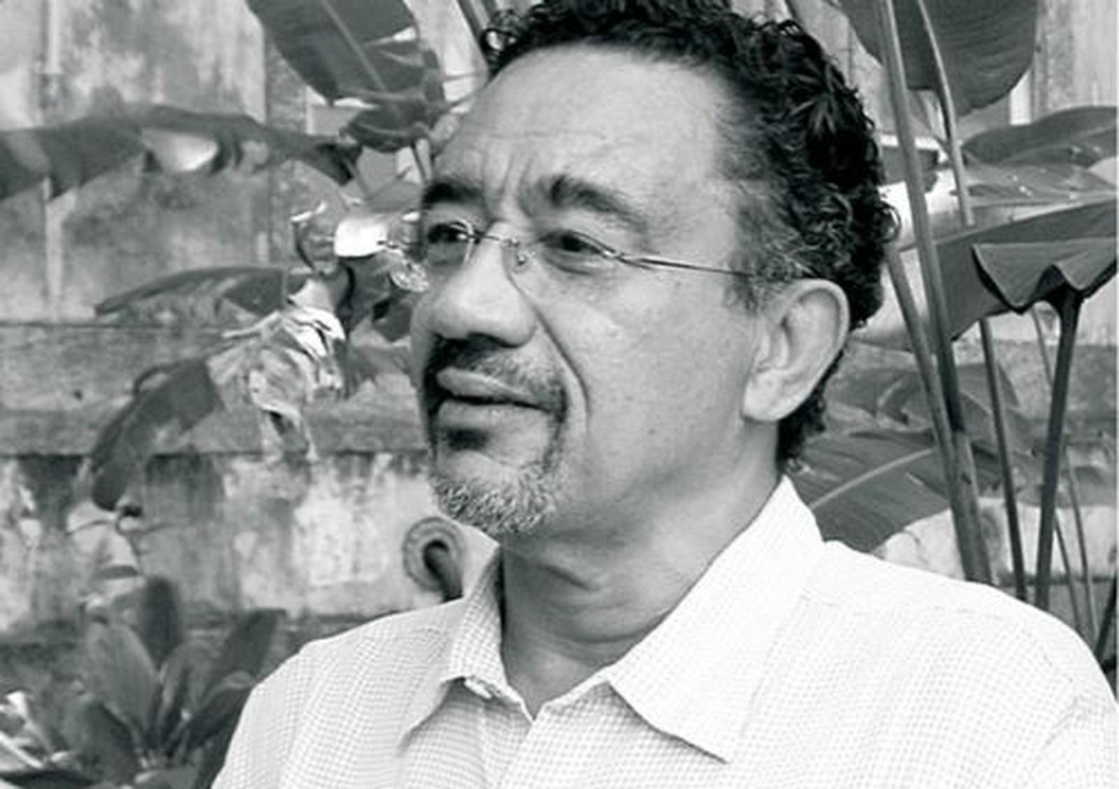 Foto em preo e branco de Muniz Sodré - homem idoso negro, usando óculos de grau