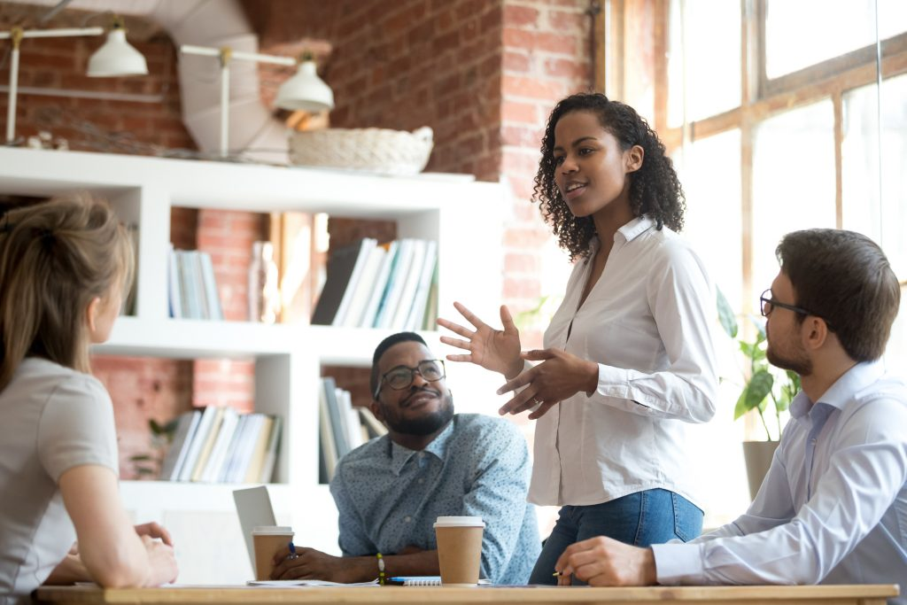 E se seu ambiente de trabalho fosse assim, meio a meio? (iSTock)... - Veja mais em https://lucianabugni.blogosfera.uol.com.br/2019/11/17/o-que-aprendi-sobre-os-brancos-desde-que-me-casei-com-um-negro/?cmpid=copiaecola