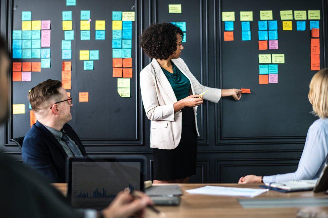 Sala com pessoas durante uma reunião