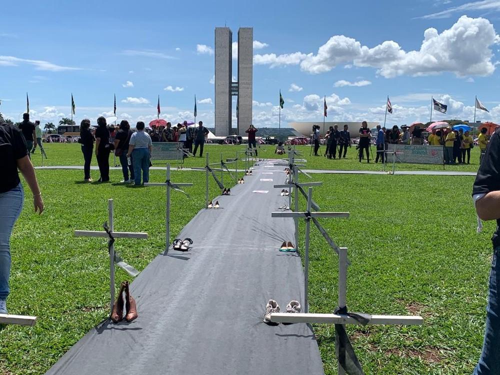 Dia de Combate à Violência contra a Mulher: ato na Esplanada espalha cruzes em lembrança a vítimas de feminicídio