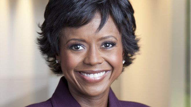 Mellody Hobson- mulher negra de cabelo liso e curto, usando blazer roxo- sorrindo
