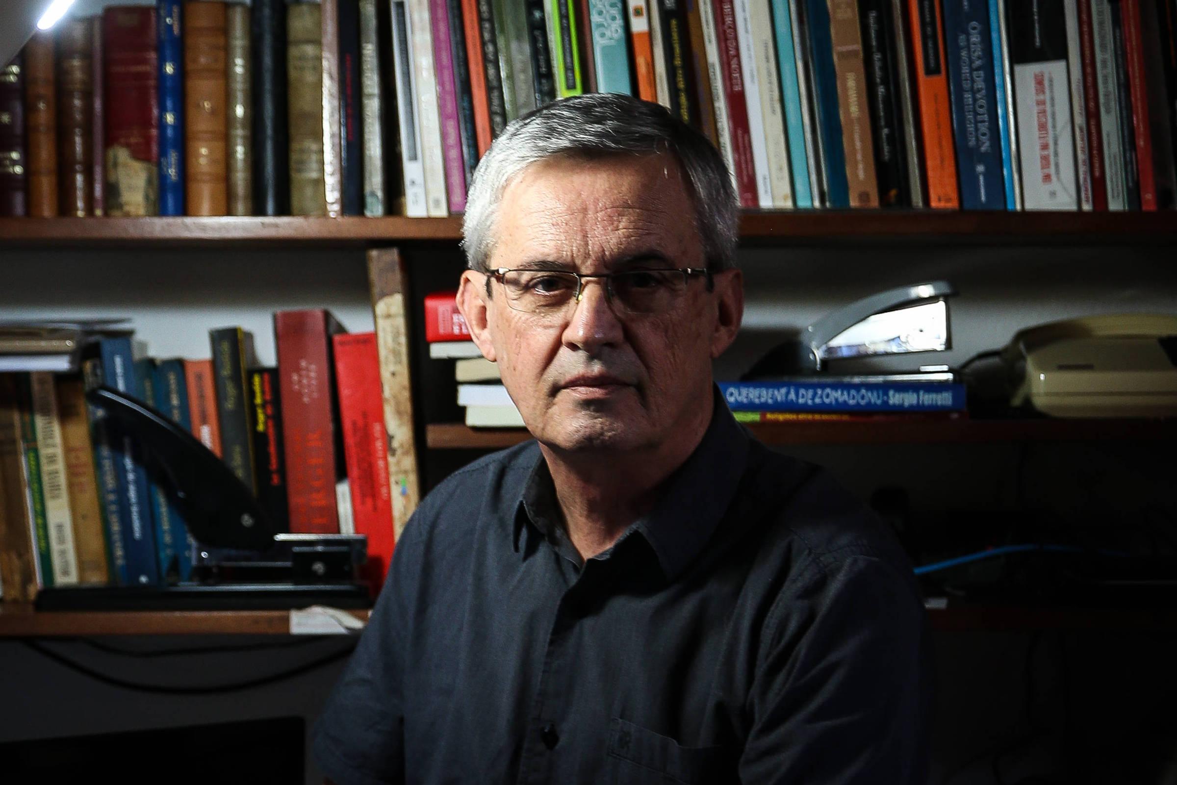 O escritor e sociólogo Reginaldo Prandi em sua casa, em São Paulo - Zanone Fraissat - 1º.jun.18/Folhapress