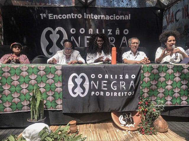 Mesa com com palestrantes do 1º Encontro Internacional da Coalizão Negra