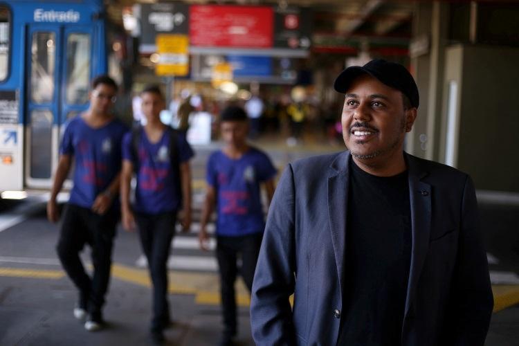 Paulo Rogério Nunes - homem negro de bigode, usando camisa social- andando na rua