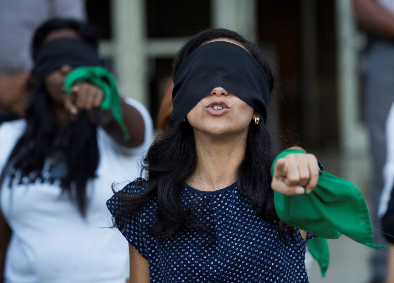Dezenas de mulheres participam de manifestação para denunciar os abusos e violências sofridos pelas mulheres.ORLANDO BARRÍA / EFE