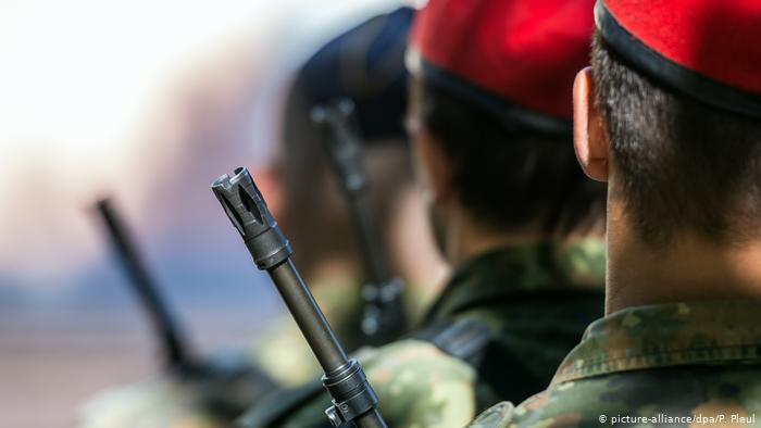 Governo alemão luta há anos para conter ameaças e violência de extremistas de direita nas Forças Armadas