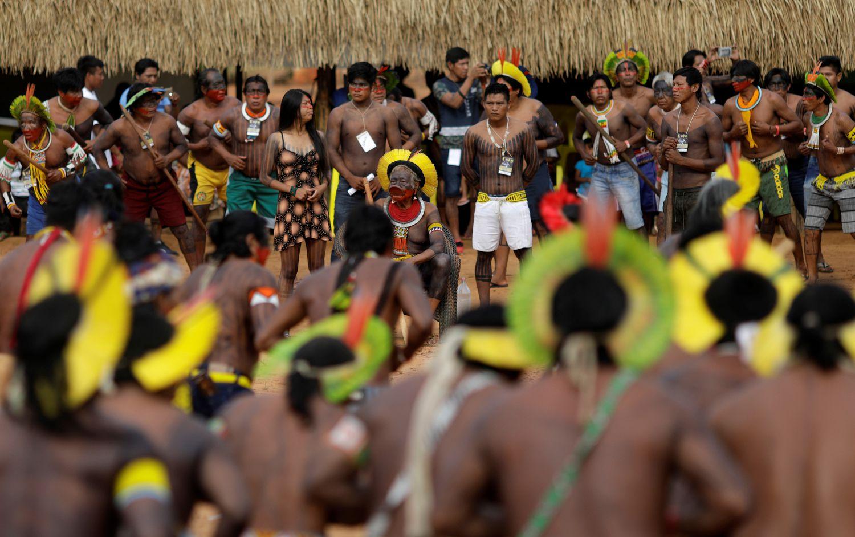 """O cacique Raoni, ao centro, entre líderes indígenas de 47 povos, que estiveram reunidos por quatro dias no Mato Grosso para relançar a """"aliança dos povos da floresta"""".RICARDO MORAES / REUTERS (REUTERS)"""