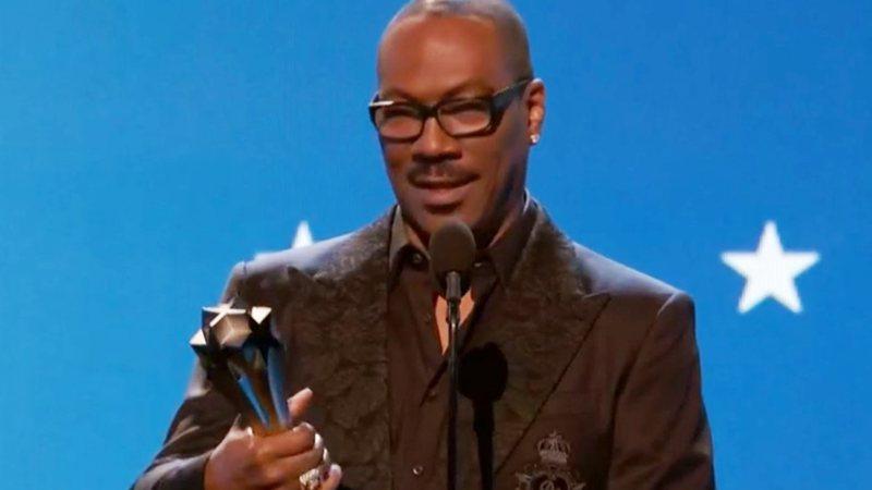Eddie Murphy recebe o prêmio por sua carreira nos palcos do Critics' Choice Awards - TNT