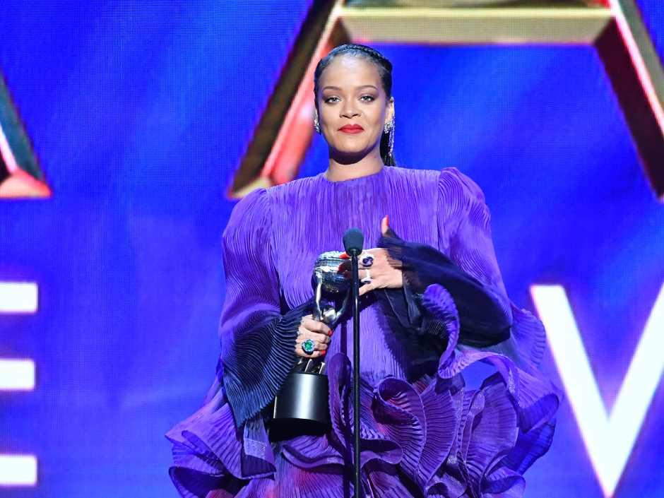 Rihanna recebendo o premio