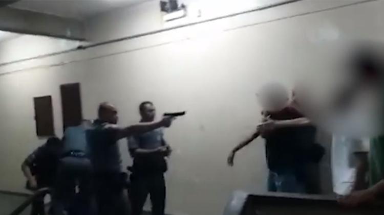Policial apontou arma contra estudantes em escola estadual em São Paulo ... - Veja mais em https://educacao.uol.com.br/noticias/2020/02/19/corregedoria.htm?cmpid=copiaecola