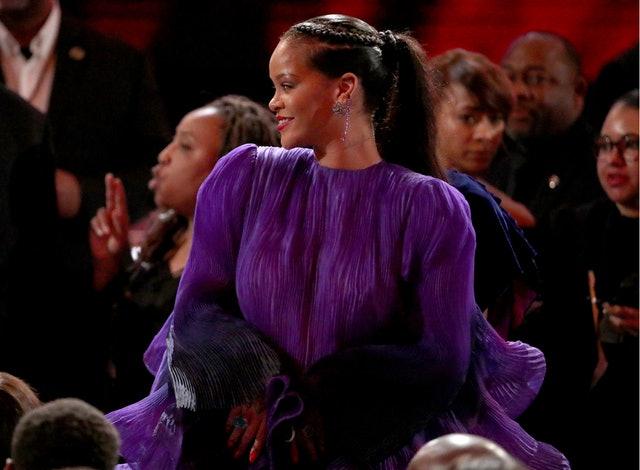 Rihanna durante premiação, usando vestido longo roxo