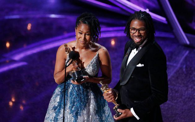 MARIO ANZUONI / REUTERS Os cineastas Karen Rupert Toliver e Matthew A. Cherry recebem o Oscar de Melhor Cuta Animação.