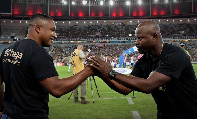 Roger Machado e Marcão se cumprimentam no Maracanã.THIAGO RIBEIRO (AGIF)