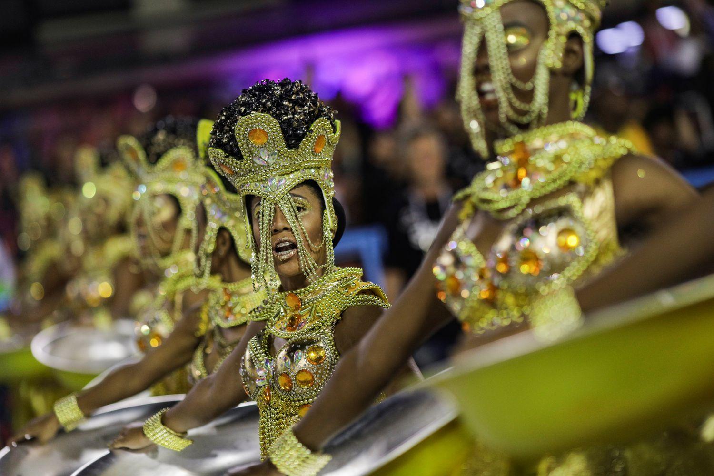 Integrantes da Viradouro durante o desfile na Sapucaí.(Foto: RICARDO MORAES / REUTERS)