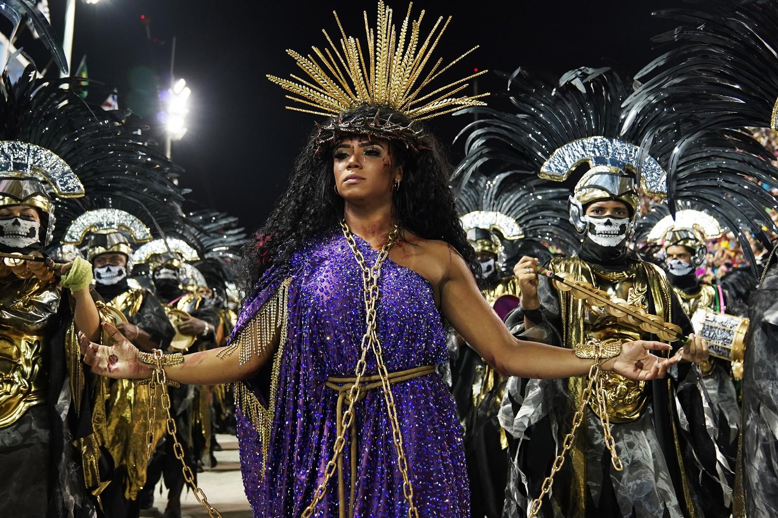 Evelyn Bastos, representando Jesus, durante desfile da Mngueira