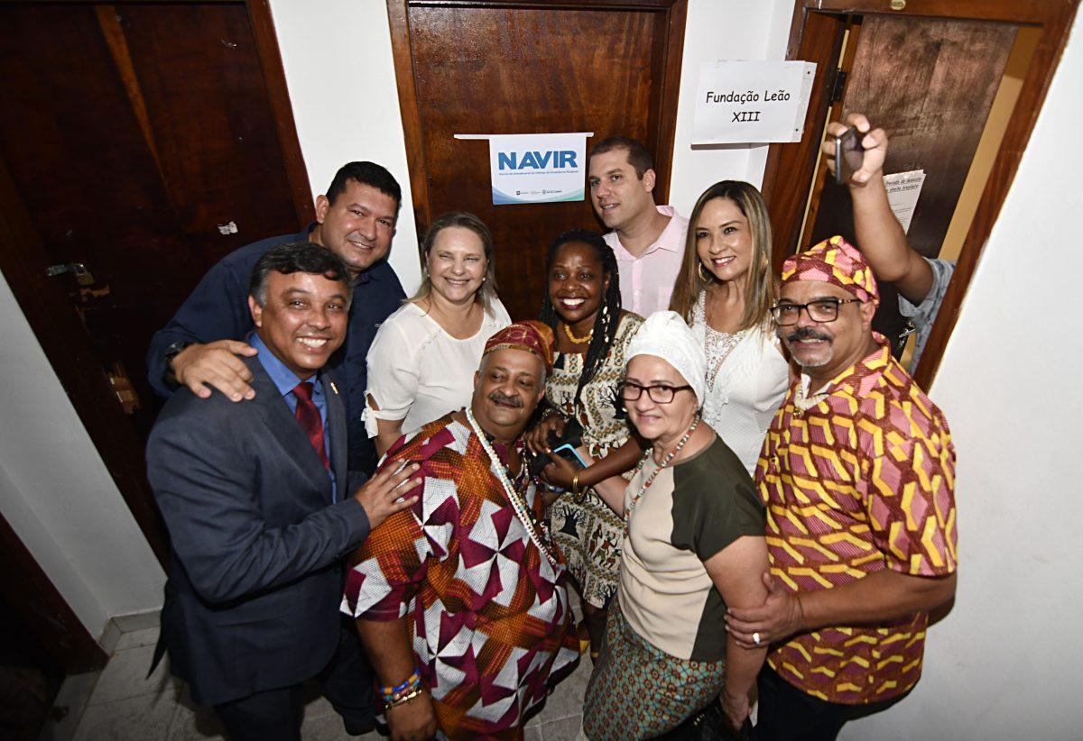 Foto com um grupo de pessoas, com homens e mulheres, na inauguração do Navir