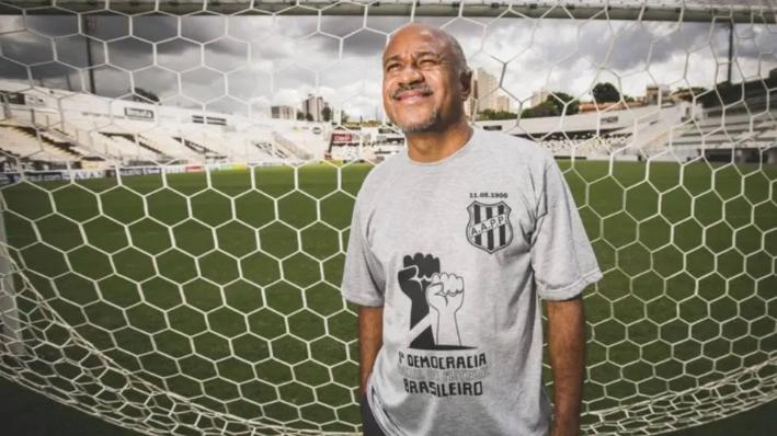 Sebastião Arcanjo, o Tiãozinho, presidente da Ponte Preta, usa camisa manifestando intenção de ter 'democracia racial' dentro do clube Foto: Valéria Gonçalvez / Estadão Conteúdo