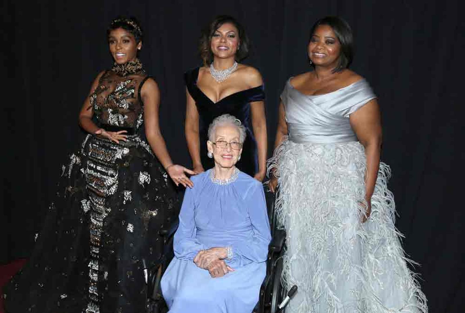 Da esq. para a dir.: Janelle Monae, Taraji P. Henson e Octavia Spencer com a cientista Katherine Johnson (sentada) durante a cerimônia do Oscar