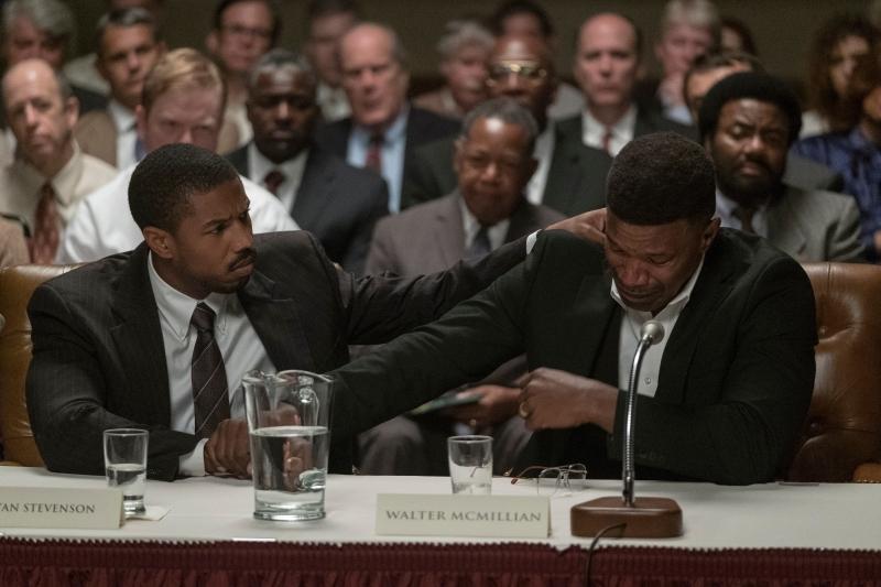 Cena do filme'Luta por Justiça', onde o advogado Bryan Stevenson (Michael B. Jordan) e o acusado Walter (Jamie Foxx) estão sentados no tribunal