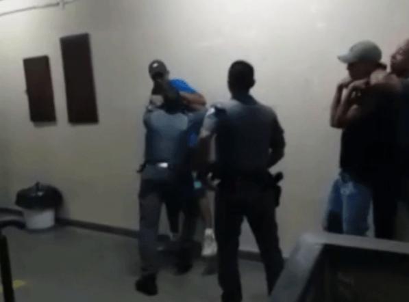 Policiais agridem jovens na Escola Estadual Emygdio de Barros – Foto: Divulgação