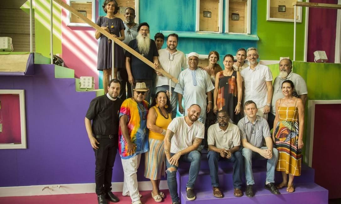 Harmonia: Leandro Vieira (sentado no centro) recebe religiosos no barracão Foto: Guito Moreto / Agência O Globo