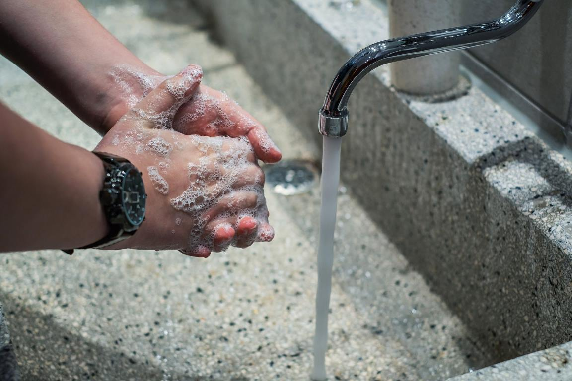 Água encanada e sabão, serviço que nem todos têm em casa. Foto- Pixabay.
