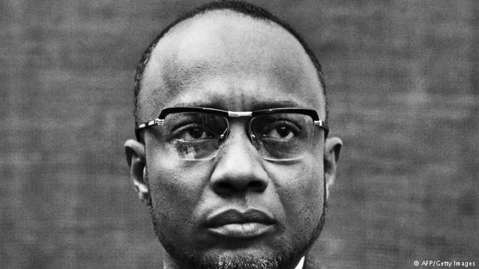 Foto em preto e branco de Amílcar Cabral - homem negro, de cabelo curto usando óculos de grau