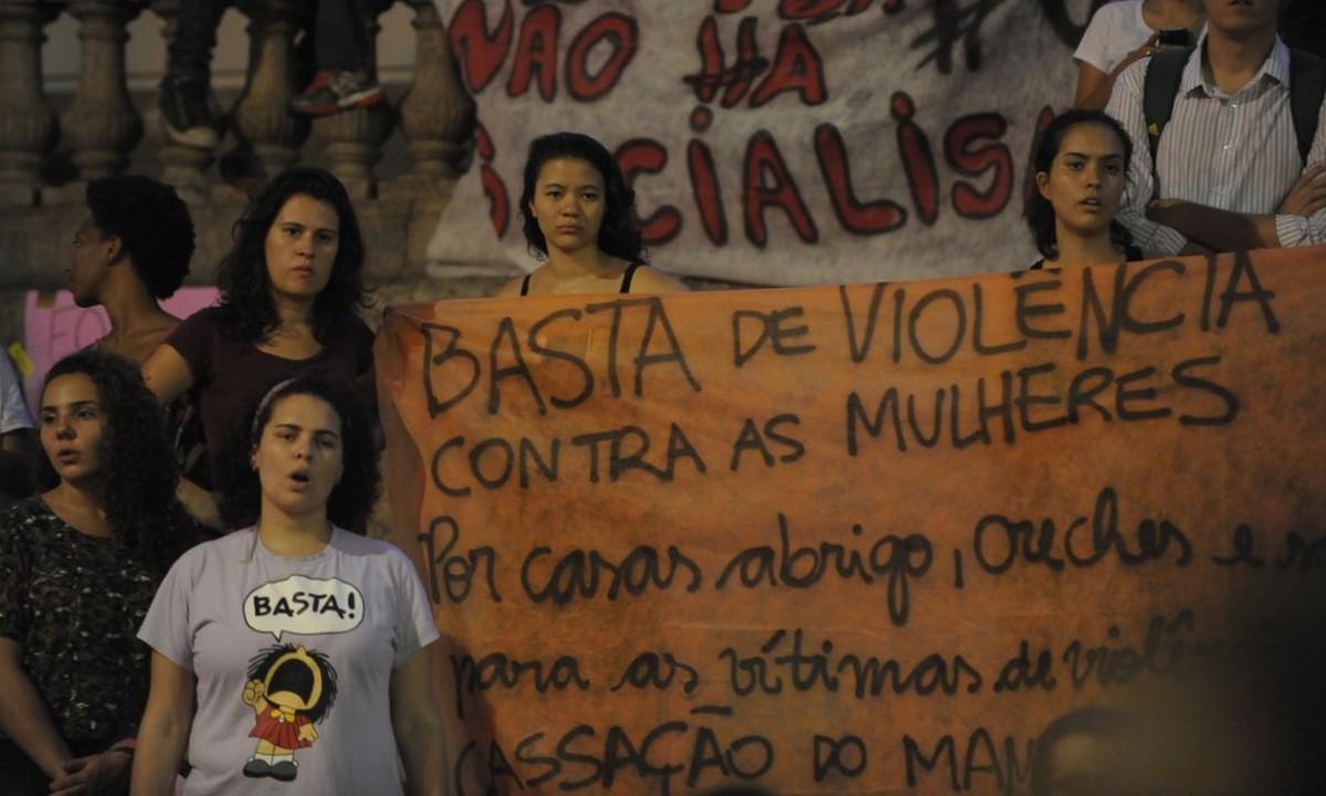 MULHERES SEGURAM CARTAZ EM PROTESTO CONTRA A VIOLÊNCIA CONTRA AS MULHERES. (FOTO: FERNANDO FRAZÃO/AGÊNCIA BRASIL)