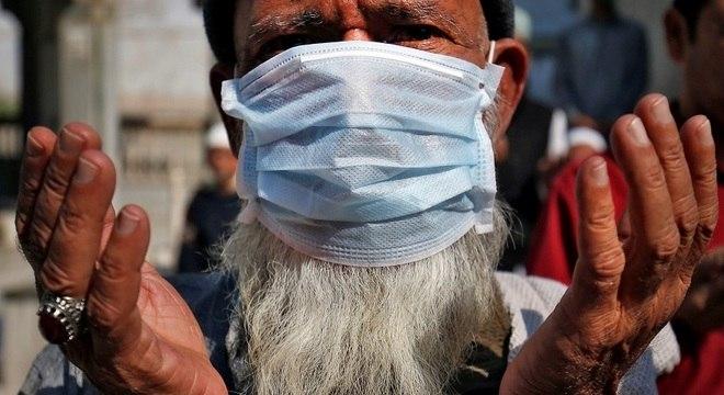 Homem idoso barbudo, usando máscara