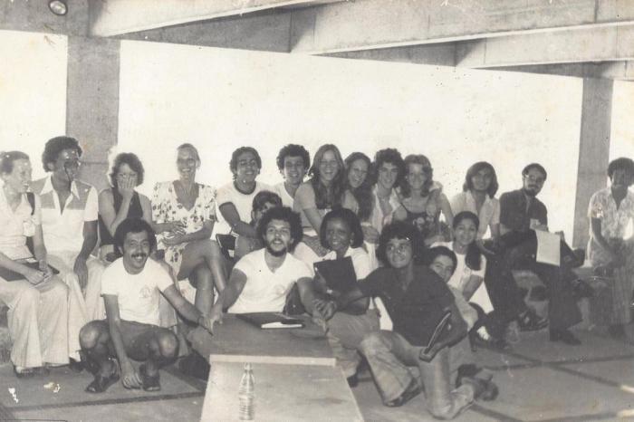 Foto em preto e branco de varias pessoas reunidas