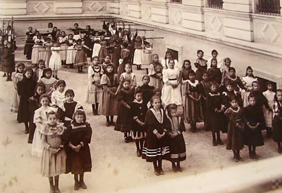 Meninas formam fila em escola de São PauloESCOLA NORMAL CAETANO DE CAMPOS/CRE MARIO COVAS