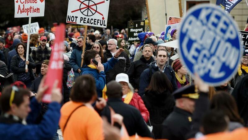 Manifestantes a favor e contra o aborto durante uma marcha em Washington, a 24 de janeiro. © OLIVIER DOULIERY / AFP