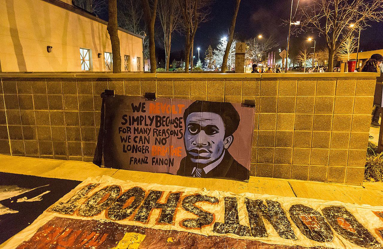 """""""Nos revoltamos simplesmente porque por muitas razões não podemos mais respirar."""" Arte homenageia Faton - Tony Webster/ Wikicommons"""